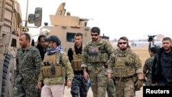 АКШнын аскер адамдары Сирия демократиялык күчтөрүнүн өкүлдөрү менен Сирия-Түркия чек арасынын жанында. 4-ноябрь, 2018-жыл.