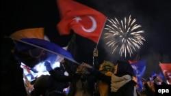 Ankarada AKP tərəfdarları seçkidə qələbəni bayram edirlər - 30 mart 2014