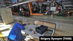 В цехе сборки автомобилей на заводе российской компании. Иллюстративное фото.