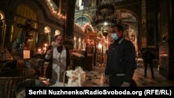 Володимирський собор в Києві під час святкування Православної Пасхи, 18 квітня 2020 року