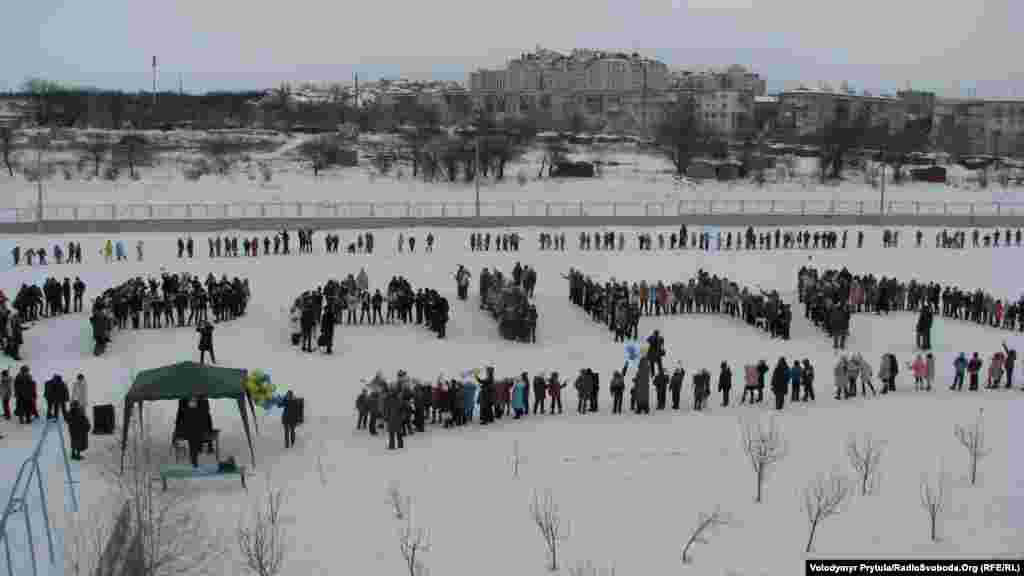 """Bir qaç yüz gimnaziya talebesi Mektep stadionında tizilip, """"Ukraina"""" sözüni yaptılar"""