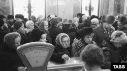 """Очередь к прилавку в магазине """"Подмосковье"""" на Можайском шоссе во времена позднего СССР."""