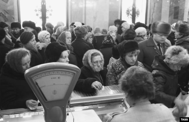 """Очередь к прилавку в магазине """"Подмосковье"""" на Можайском шоссе"""