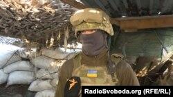 Український військовий поблизу Водяного дає інтерв'ю Радіо Свобода, архівне фото