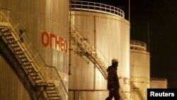 """Сотрудник нефтеперерабатывающего предприятия компании """"КазМунайГаз"""". Кызылординская область, 21 января 2016 года."""