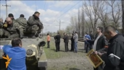 Ukrainian Troops Blocked By Locals Near Kramatorsk