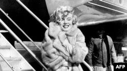مونرو در سال ۱۹۵۹ در فرودگاه لاگاردیا، پیش از سفر به شیکاگو برای مراسم گشایش «بعضیها داغشو دوست دارند»