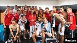 Германската канцеларка Ангела Меркел со фудбалерите по победата над Португалија.
