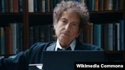 Боб Дилан Нобел мукофотини олган илк қўшиқчи.