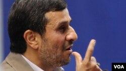 نخستین جلسه دادگاه محمود احمدینژاد در شعبه ۷۶ دادگاه کیفری استان تهران بدون حضور او برگزار شد که در نهایت قاضی دستور به تجدید جلسه داد.