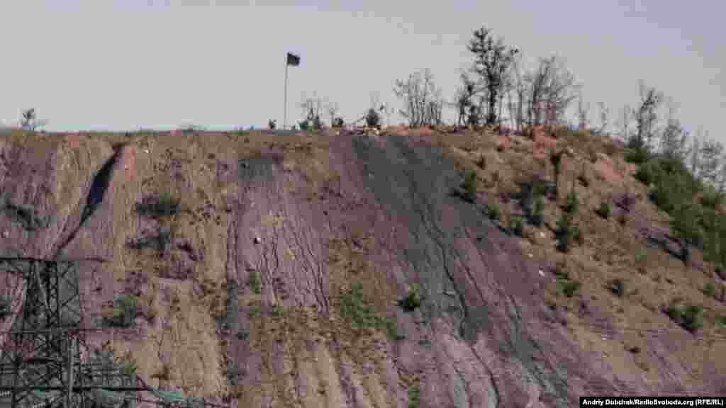 Террикон, на котором расположены огневые точки контролируемых Россией боевиков. На фото– одна из них с символикой группировки «ДНР»