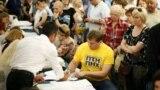 Голосування на одній з виборчих дільниць у Києві