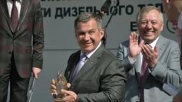 """Рустам Минниханов и Альберт Шигабутдинов, лето 2012 года: """"ТАИФ-НК"""" запускает в коммерческую эксплуатацию производство дизтоплива стандарта Euro-5. Нефтепереработку сделка с СИБУРом, судя по всему, не затрагивает. Но что будет с заводом дальше, вопрос пока открытый."""
