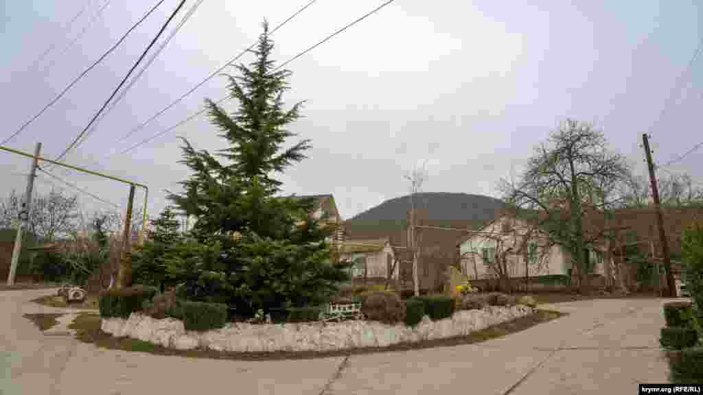 Клумба в самом центре села