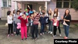 Активисты фан-клуба Dimash_Vernyi во время акции в детском доме «Жануя» в Алматы. 21 мая 2017 года.