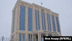 У здания прокуратуры Актюбинской области.