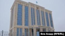 У здания прокуратуры Актюбинской области в городе Актобе.