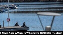 În Suedia oamenii se bucură de zilele însorite fără restricții