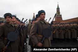 Российские военные в форме времен Второй мировой войны на репетиции исторической реконструкции парада на 7 ноября (5 ноября 2017 года)