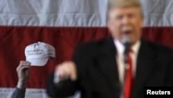 """Muškarac drži kapu na kojoj piše """"Učini Ameriku ponovo velikom"""" tokom govora Donalda Trampa u Njujorku, 10. apil 2016."""