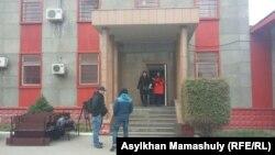 У следственного изолятора, в котором проходит рассмотрение дела Руслана Кулекбаева, обвиняемого в вооруженных нападениях 18 июля в Алматы. Алматы, 24 октября 2016 года.