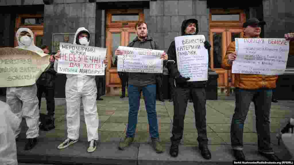 Учасники акції заявили про нерозслідування нападів на громадських активістів і журналістів, зокрема, вбивства херсонської активістки Катерини Гандзюк і журналіста Павла Шеремета