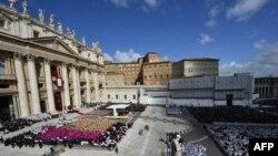 На інавгурації були присутні сотні тисяч людей, включно з главами держав світу та лідерами інших церков