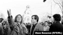 """Петър Слабаков (вляво) и Александър Каракачанов на шествието на """"Екогласност"""" на 3.11.1989 г. В гръб вдясно: Петър Берон. Снимка: Иван Бакалов"""