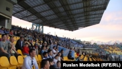 Футбольные болельщики на стадионе в Алматы. Иллюстративное фото.