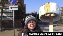 Алтын Червалиева протестует у здания акимата Астаны. 3 апреля 2014 года.