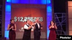 Во время ежегодного благотворительного телемарафона фонда «Айастан», Лос-Анжелес, 24 ноября 2011 г.