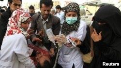 Йәмәннең Сана шәһәрендә полиция берән бәрелештә яраланган демонстрантлар. 11 май 2011
