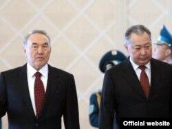 Қазақстан президенті Нұрсұлтан Назарбаев (сол жақта) пен Қырғызстан президенті Құрманбек Бакиев. Астана, 17 сәуір 2008 жыл.