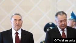 Президент Казахстана Нурсултан Назарбаев (слева) и президент Кыргызстана Курманбек Бакиев. Астана, 17 апреля 2008 года.