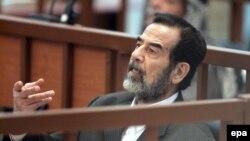Yragyň öňki prezidenti Saddam Hüseýn sud diňlenşiginde, 6-njy dekabr, 2005-nji ýyl.