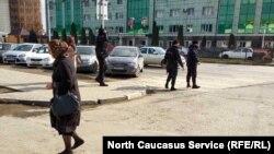 Силовики встречаются на пути с такой же частотой, как изображения Кадыровых