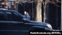 Депутат від «Народного фронту» Андрій Іванчук біля будівлі ГПУ, 6 квітня 2017 року