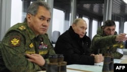 Президент России Владимир Путин (в центре) на военных учениях на фоне усиления напряженности в Крыму. Ленинградская область, 3 марта 2014 года.