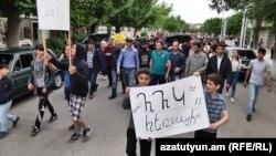 Protestatari de la Ararat, în drum spre Erevan, pentru a-l sprijini pe Nikol Pașinian, 30 aprilie 2018