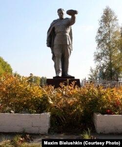 Могила Дмитра Гордієнка в селі Плужники на Київщині; вулиця, на якій він жив, носить його ім'я (фото: Maxim Bielushkin)