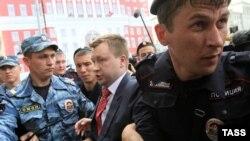 Задержание Николая Алексеева во время одной из акций ЛГБТ-активистов в центре Москвы