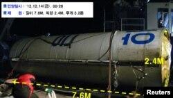 """Возможная ступень северокорейской ракеты """"Унха-3"""", обнаруженная Южной Кореей в море в 160 километрах от Гунсана, 14 декабря 2012 года."""
