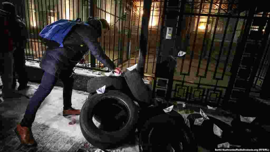 Участники акции требовали освободить всех задержанных военных. Украинский омбудсмен Людмила Денисова заявила, что считает их «военнопленными»