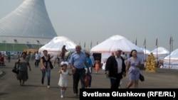 Қыдырып жүрген адамдар. Астана, 5 шілде 2012 жыл. (Көрнекі сурет)
