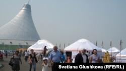 """Люди на прогулке возле торгово-развлекательного центра """"Хан-Шатыр"""". Астана, июль 2012 года."""