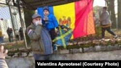 Alegător venit să voteze la turul doi a alegerilor prezidențiale la secția de votare din orașul Vicenza