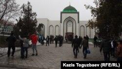Мешіт маңында жүрген жұрт. Алматы, 21 наурыз 2014 жыл. (Көрнекі сурет)