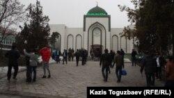 Люди у мечети в Алматы. 21 марта 2014 года.