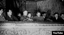 Stalin asistînd la un spectacol