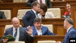 În Parlament, înaintea votului privind demisia guvernului Streleț